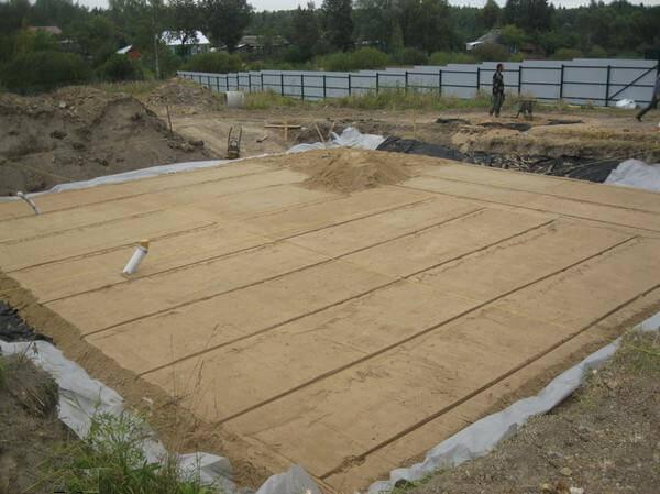Подушка под ленточный фундамент нужна ли подсыпка и как правильно е сделать - из песка или щебня